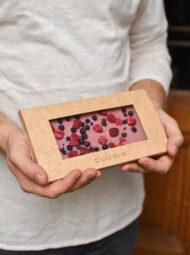 Růžová ruby čokoláda s malinami a borůvkami