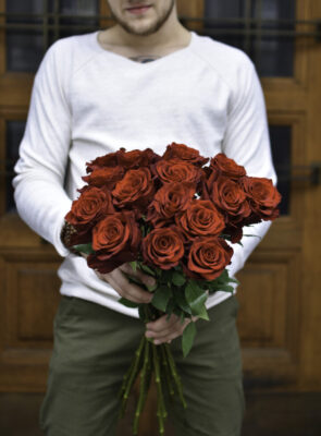 Kytice patnácti rudých růží