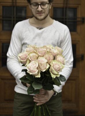 Kytice patnácti růžových růží