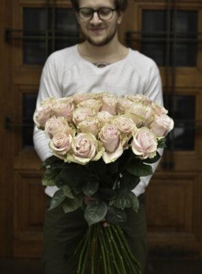 Kytice třiceti růžových růží