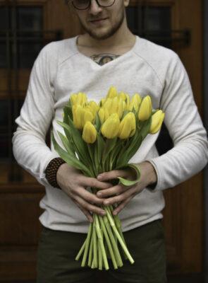 Kytice třiceti žlutých tulipánů