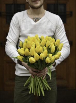 Kytice padesáti žlutých tulipánů