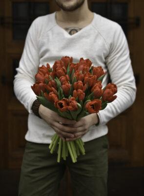 Kytice třiceti červených tulipánů