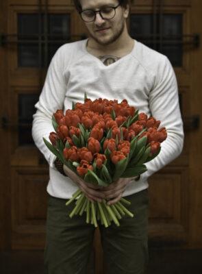 Kytice padesáti červených tulipánů