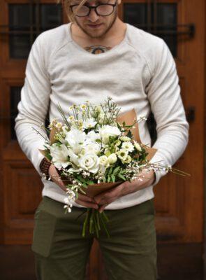 Malá bílá jarní kytice