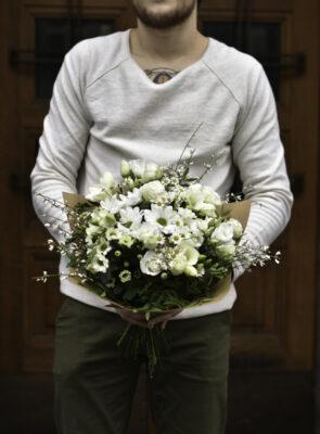 Střední bílá jarní kytice