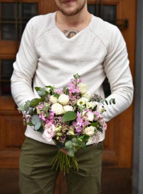 Střední růžová jarní kytice